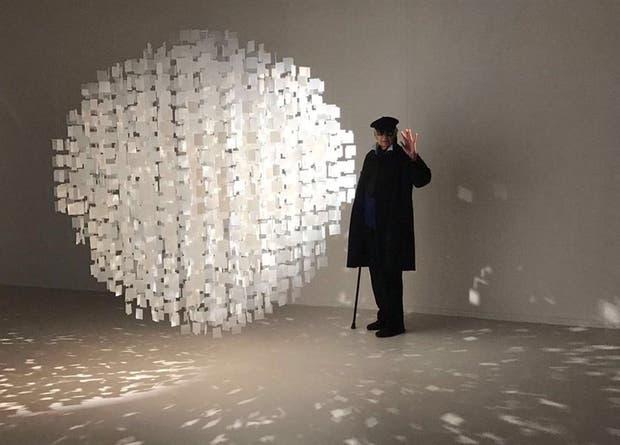 El artista Julio Le Parc junto a su obra, familiar de la Esfera azul que está en el CCK porteño