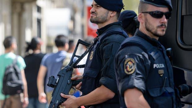 Policías con armas largas vigilan La Rambla