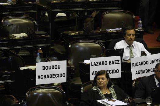 Carteles para Boudou, Lázaro Baez y Ricardo Jaime. Foto: LA NACION / Mariana Araujo