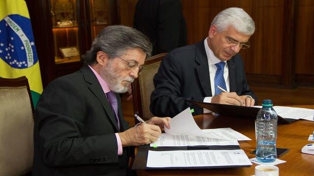 Alberto Abad y Jorge Deher Rachid, al firmar los acuerdos