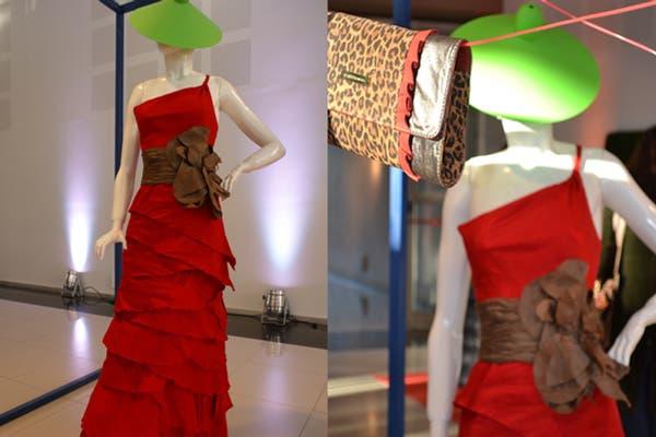 Este vestido, réplica de un diseño creado para Máxima, pero en colorado, es la vedette del espacio de Benito. Foto: Soledad Avaca Cuenca
