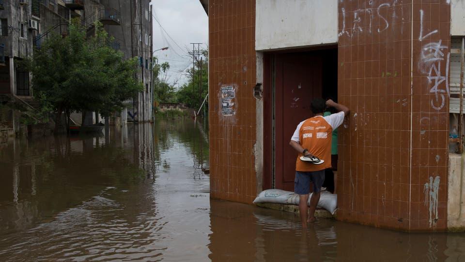Todas las contenciones no son suficientes para frenar el avance del agua. Foto: LA NACION / Aníbal Greco