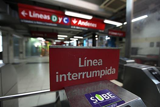 Un cartel que se vio en casi todas las líneas de subte. Foto: LA NACION / Ezequiel Muñoz