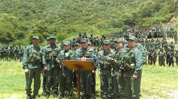El ministro de Defensa, Vladimir Padrino López, ayer, junto a la plana mayor del ejército