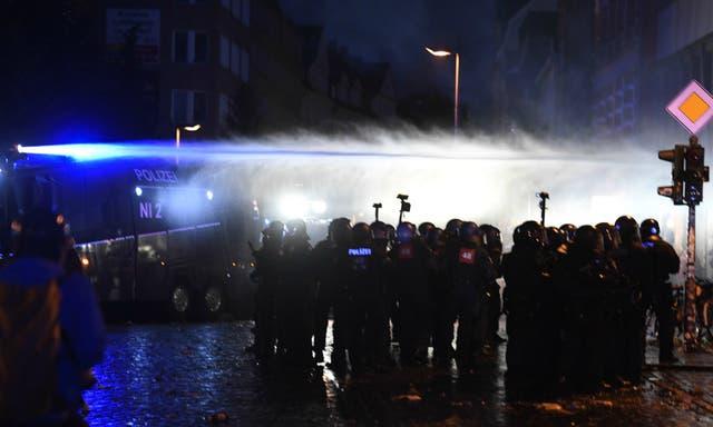 Los manifestantes lanzaron botellas y otros elementos a la policía, que detuvo a varias personas y utilizó carros hidrantes para dispersar a los manifestantes