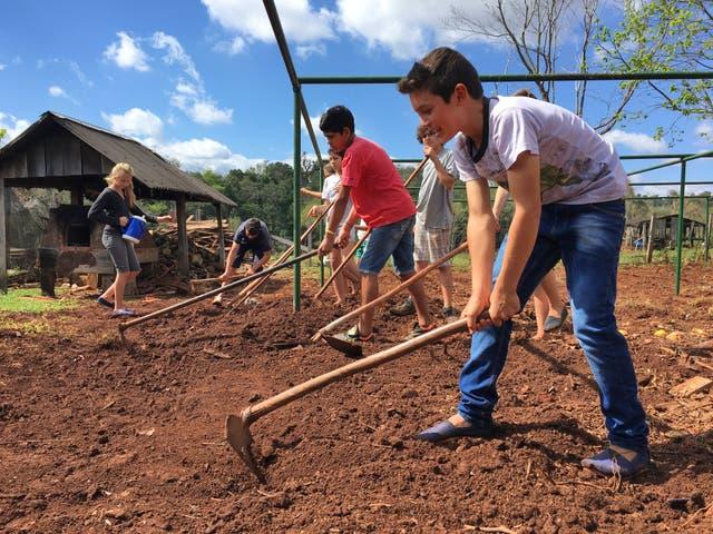 Paulinho, uno de los alumnos, y sus compañeros, en el taller de educación agraria