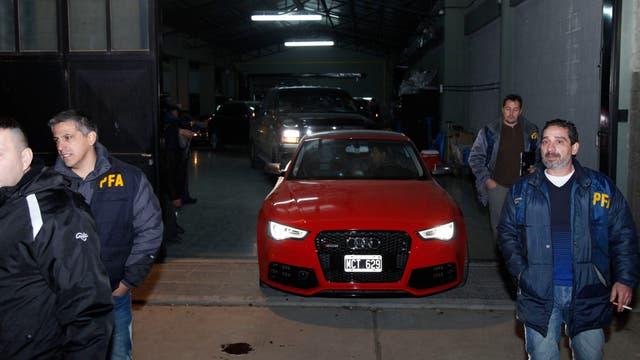Los autos de alta gama secuestrados durante los allanamientos en la casa de Río Gallegos. Foto: LA NACION / Horacio Córdoba