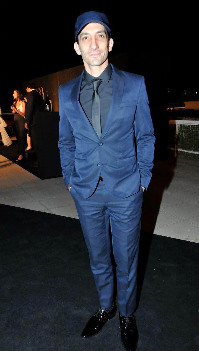 Juan Minujín eligió un traje azul para la velada