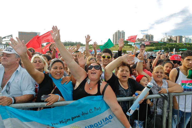 A lo largo de toda la costa hubo gente que se acercó a ver la llegada. Foto: LA NACION / Rodrigo Néspolo