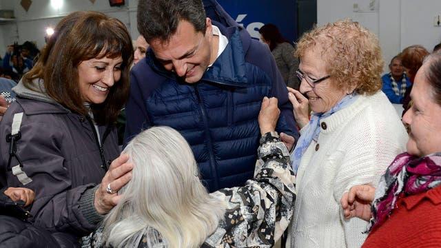 Massa durante su visita a un centro de jubilados en el partido bonaerense de Lomas de Zamora