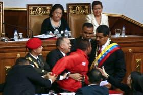 El hombre vestido de rojo irrumpió cuando Maduro daba su discurso de jura como presidente de Venezuela