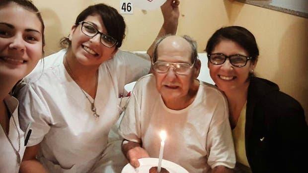 Oscar con las enfermeras del Hospital Español