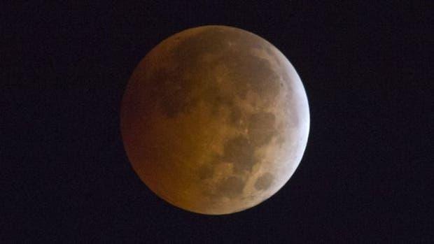 El que vemos aquí es un eclipse lunar total de hace tres años visto desde California, EE.UU