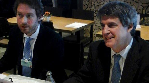 Pontiroli y Prat-Gay, almorzando ayer en un restaurante de comida rápida en Davos