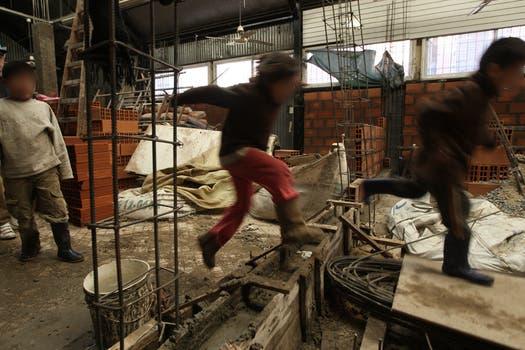Unas 12 familias levantan casas de material en el predio  donde estaba La Saladita de Retiro, la feria ilegal había sido desalojada por la Metropolitana hace un mes. Foto: LA NACION / Emiliano Lasalvia