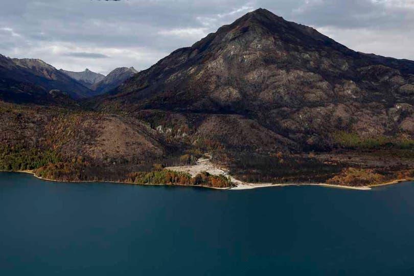 Margen oeste del lago Cholila, se cree que en ésta zona comenzó el incendio. Foto: LA NACION / Emiliano Lasalvia
