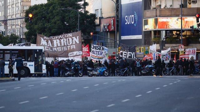 Trabajadores de PepsiCo cortan la avenida 9 de julio, en el Obelisco, en reclamo de sus puestos de trabajo