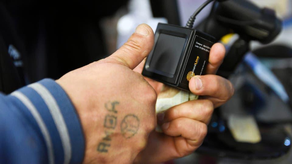 Reconocimiento de huellas digitales para comprar marihuana en farmacias. Foto: AP / Matilde Campodonico