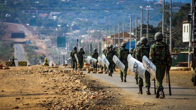 La policía patrulla las calles en Kisumu, Kenia
