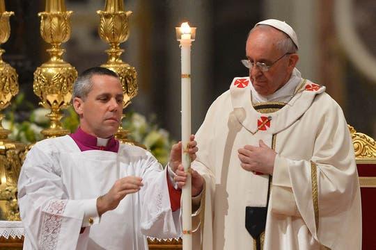 El Papa encabezó la vigilia pascual en el Vaticano; una de las ceremonias más simbólicas de la Semana Santa. Foto: AFP