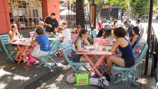 La esquina de Gurruchaga y Costa Rica es una de las más concurridas del polo gastronómico de Palermo, con una nutrida concurrencia de clientes