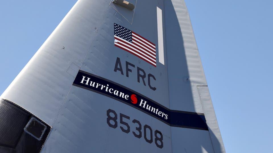 La cola del WC-130J Super Hercules, la nave utilizada por los Cazadores de Huracanes. Foto: Reuters / KEVIN LAMARQUE