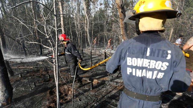 cerca de 18 dotaciones de bomberos trabajaron incansablemente para controlar las llamas. Foto: LA NACION / Mauro V. Rizzi //Enviado especial