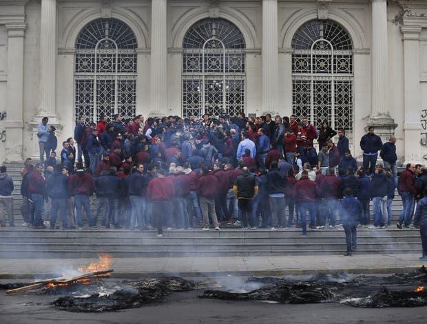 Decenas de colectiveros en la explanada del Ministerio de Seguridad bonaerense