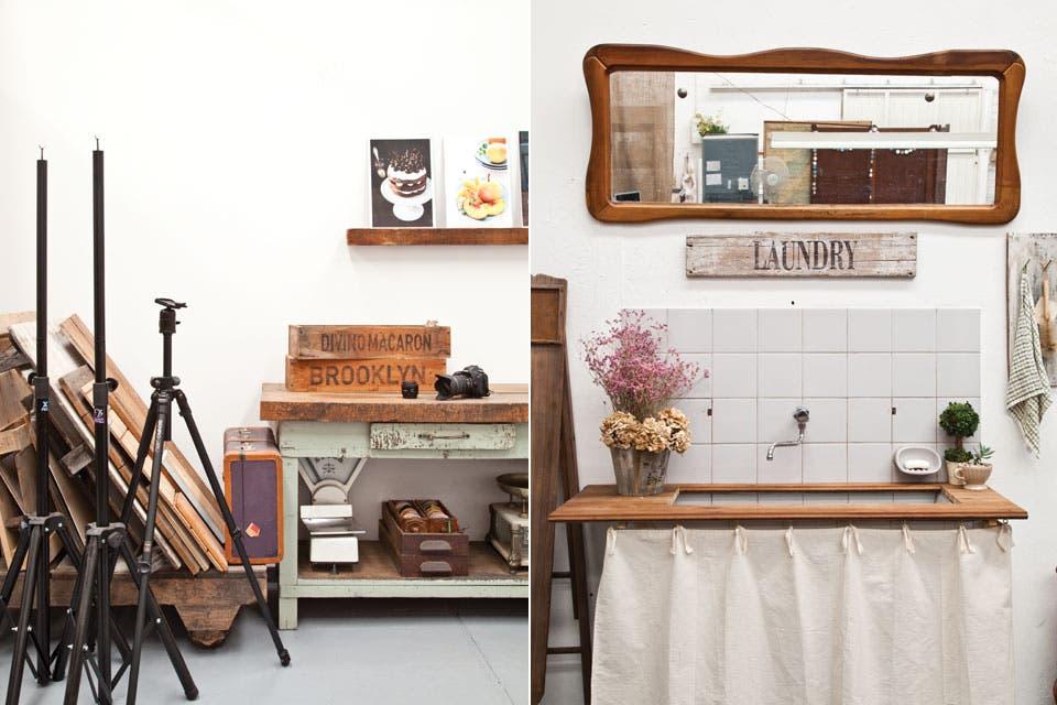 A la derecha, la división entre el estudio y el living. Cartel 'Laundry' hecho con transfer sobre madera recuperada, al igual que el organizador con clavos. La bacha ya estaba en el lugar, y la tabla de planchar y el espejo vienen de familia..  /Magalí Saberian