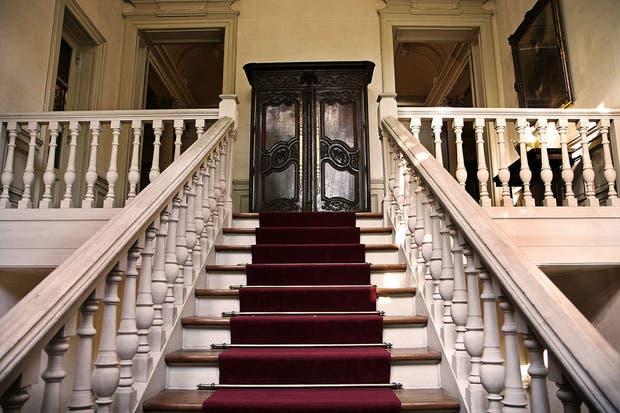 Las escaleras de estilo neorenacentista que llevan al primer piso.