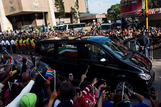 Con banderas y carteles las personas saludan a Mandela. Foto: Reuters