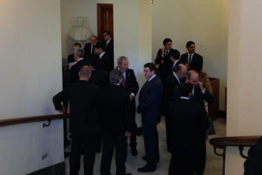 La delegación argentina en el interior de la residencia de Santa Marta, a la espera del encuentro con el Papa. Foto: LA NACION / Elisabetta Piqué