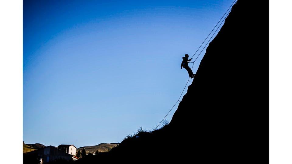 Practica de escalada en un muro cercano al pueblo de El Chalten. Foto: LA NACION / Silvana Colombo