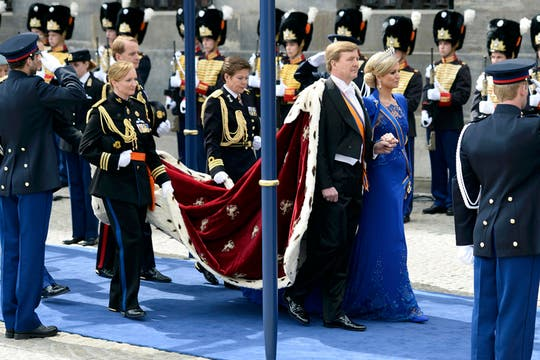 El rey y su corte se dirigen a la Nieuwe Kerk. Foto: Reuters