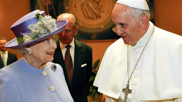 La reina Isabel II del Reino Unido y el papa Francisco