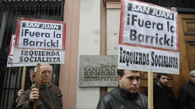 Manifestantes contra la presencia de Barrick Gold en San Juan