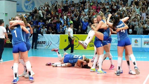 La alegría de las chicas tras su triunfo ante Brasil