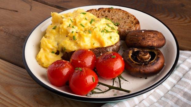 La versión de Gordon Ramsay se acompaña con hongos y tomates
