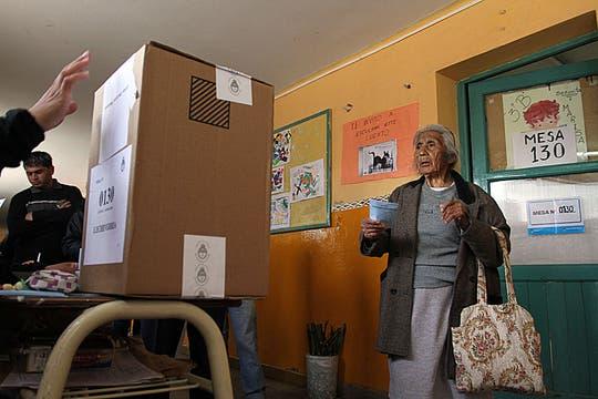 Una anciana emite su voto en un colegio electoral en una escuela de El Jagüel, a 30 km al sur de Buenos Aires. Foto: AFP