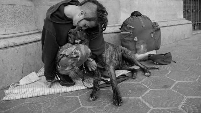 Un joven besa a su perro en Barcelona. Foto: Ignacio Lehmann / Fb: 100 World Kisses