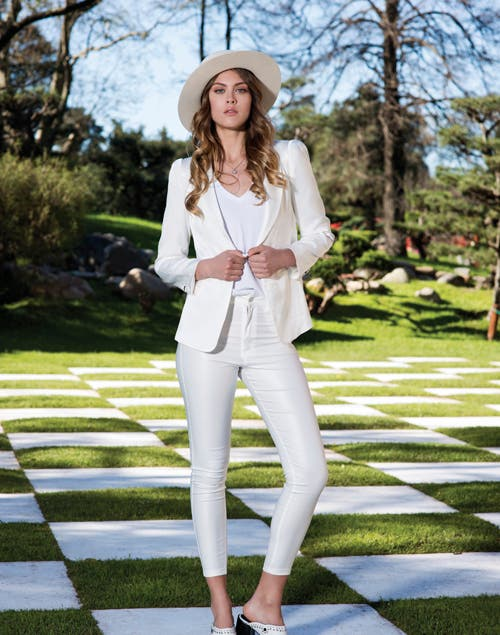 af319fc670 Sombrero de fieltro ala ancha (Made In Chola). Blazer satinado (Karl  Lagerfeld para Falabella). Remera de algodón (Zara). Jean engomado (  BlackMamba).