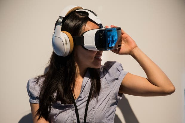 El visor de realidad virtual de Samsung, llamado Gear VR, aprovecha la pantalla de un smartphone