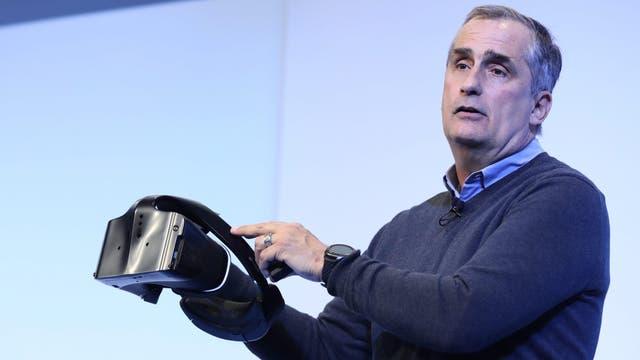 Brian Krzanich, CEO de Intel, con un prototipo de los anteojos Project Alloy