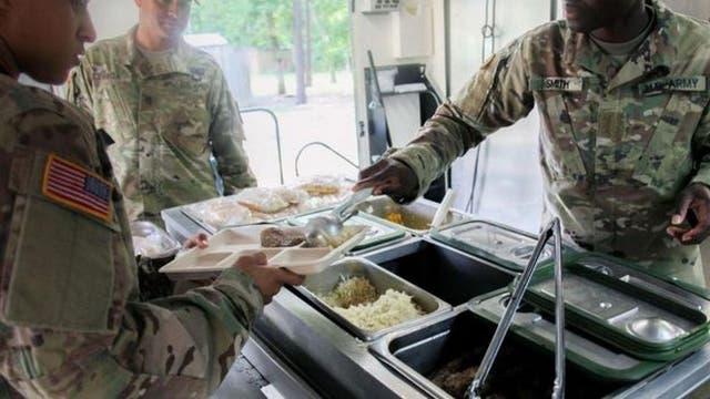 Las raciones tienen por objetivo mantener a los soldados alimentados hasta que puedan llegar a cocinas en el campo, como la que muestra la foto