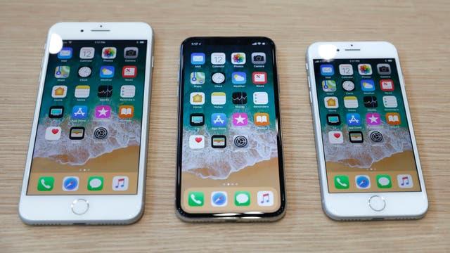 Un iPhone X flanqueado por un iPhone 8 Plus (izquierda) y un iPhone 8 (derecha)