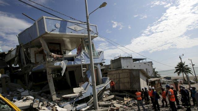 Rescatistas trabajan en la ciudad de Pedernales