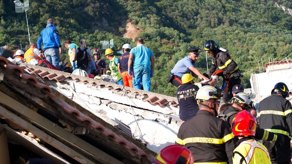 Los socorristas están controlando la estabilidad de escuelas, hoteles y demás edificios de la isla. Foto: AFP