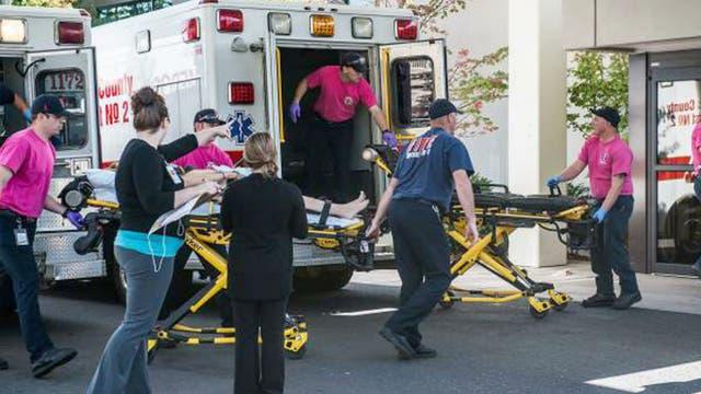 Médicos trasladan a los heridos afectados luego del brutal tiroteo