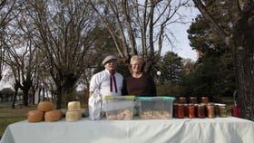 Raúl Ferraroti y Norma esperan con quesos y dulces caseros