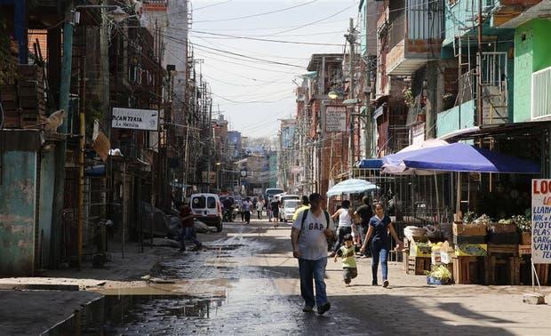 Una calle de la Villa 31, en Retiro; el plan incluye redes de agua y cloacas y servicios educativos